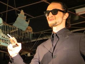 uomo con sigaretta – foto di Ana Chacón